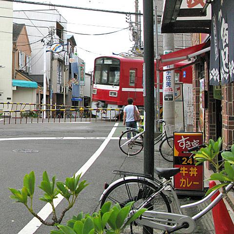 011-fumikiri-20150820-keikyu-tsurumiichiba.jpg